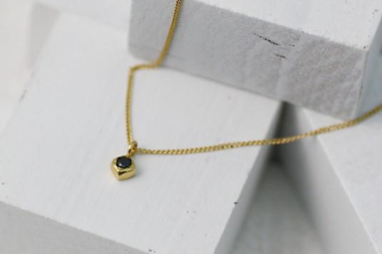 hirondelle(イロンデール)ブラックダイヤ スクエアネックレス