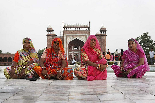 カラフルなサリーをまとうインドの女性たち