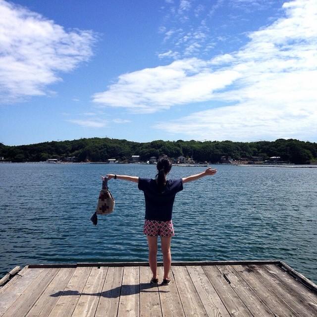 旅館のプライベート桟橋で夏休み満喫のポーズをとるスタッフC