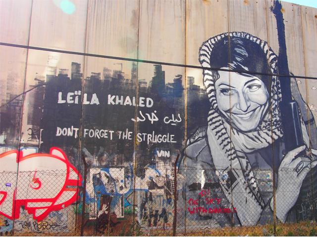 平和を訴える絵でうめつくされる壁